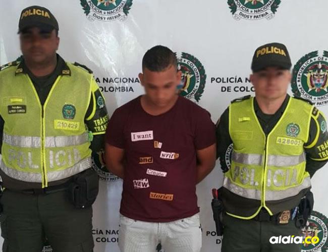 El capturado con la droga incautada. | Prensa Deata