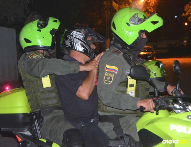 La Policía trasladó en una patrulla al supuesto responsable del atroz crimen ocurrido en Gaira.   Al Día