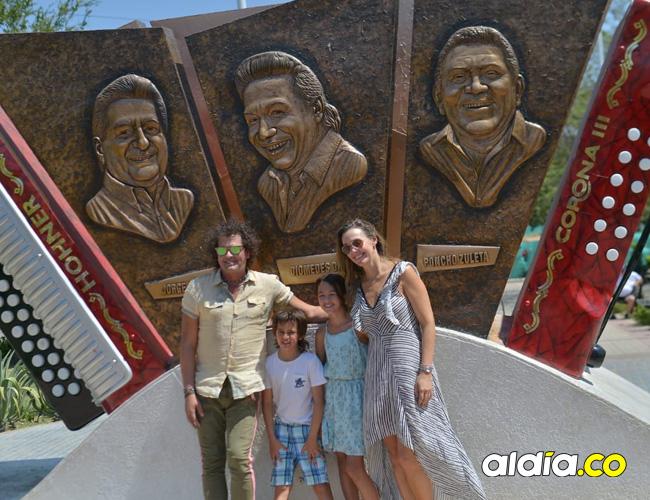 Vives, su esposa y sus dos hijos, visitaron la Glorieta de Los Juglares y se tomaron una foto en el monumento a los tres grandes.