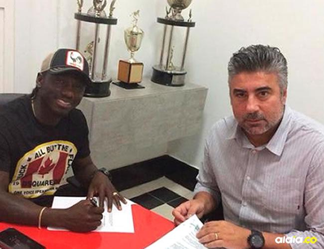 Yimmi Chará firmando el contrato que lo une al Atlético Mineiro, junto a Alexander Gallo, director deportivo del equipo brasileño.   Cortesía