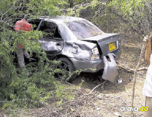 El vehículo involucrado en el accidente quedó en medio de los trupillos.