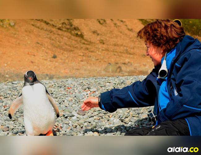 La periodista científica Ángela Posada junto con un pingüino. | Cortesía
