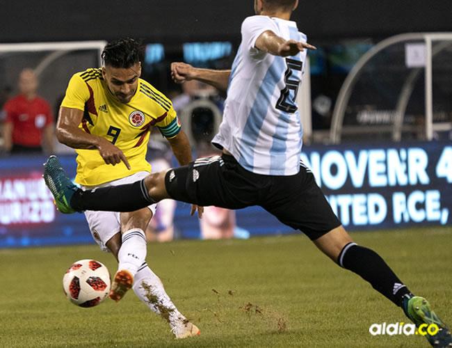 Falcao remata de zurda, en una acción del juego de anoche entre Colombia y Argentina en el MetLife Stadium.