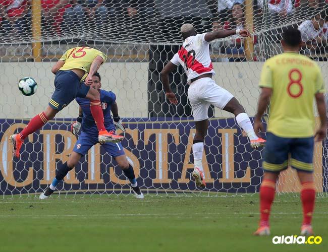 Mateus Uribe impacta de cabeza y anota el segundo tanto de Colombia en el triunfo 3-0 ante Perú en juego amistoso en el estadio Nacional de Lima.