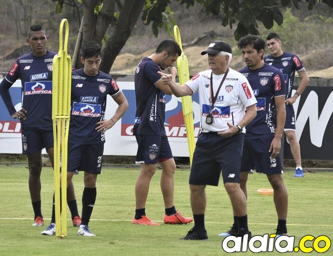 Julio Comesaña imparte indicaciones durante la práctica de Junior en Adelita de Char. El equipo barranquillero viajó ayer de cara al partido que tendrá mañana ante Deportes Tolima en Ibagué por los cuadrangulares semifinales.
