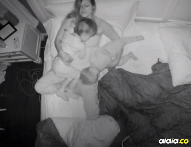 Melanie Darnell durmiendo con sus dos hijos I Captura video