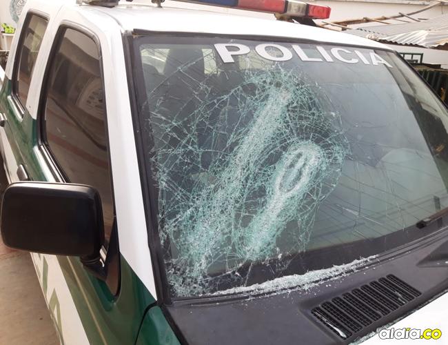 El vidrio panorámico de la patrulla resultó afectado. | AL DÍA