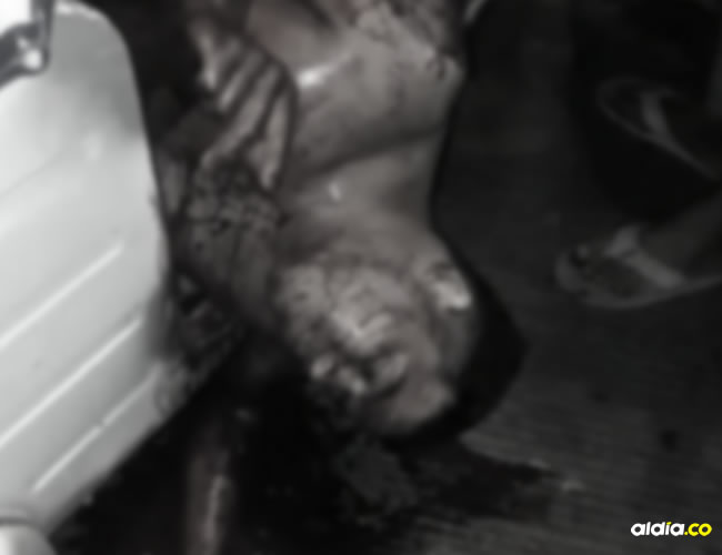 Momento en que un motocarro lleva el cuerpo de William Manuel Morantes Vásquez a la clínica de Malambo.   AL DÍA