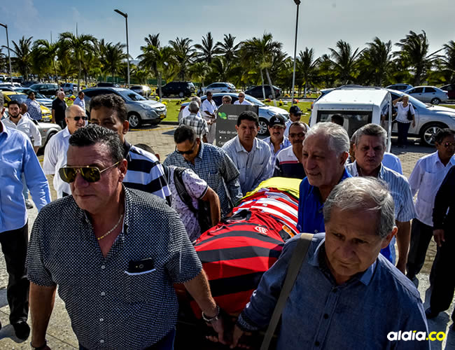Familiares y amigos de Othon Dacunha cargan el ataúd con el cuerpo de Othon Dacunha, que fue sepultado este sábado a las 3:30 p. m. en el cementerio Jardines de la Eternidad.   AL DÍA