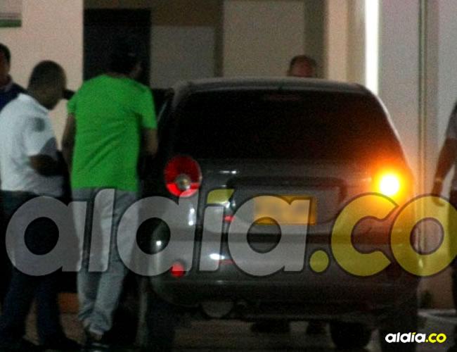 Instante en el que el músico, de camiseta verde, aborda el auto de la Dijín. | Ley Erick Amasifuen