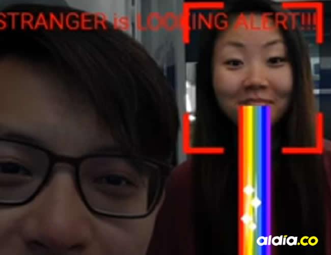 En video quedó registrado el momento en el que este software interrumpe una aplicación demensajería y muestra la cámara | Captura de pantalla