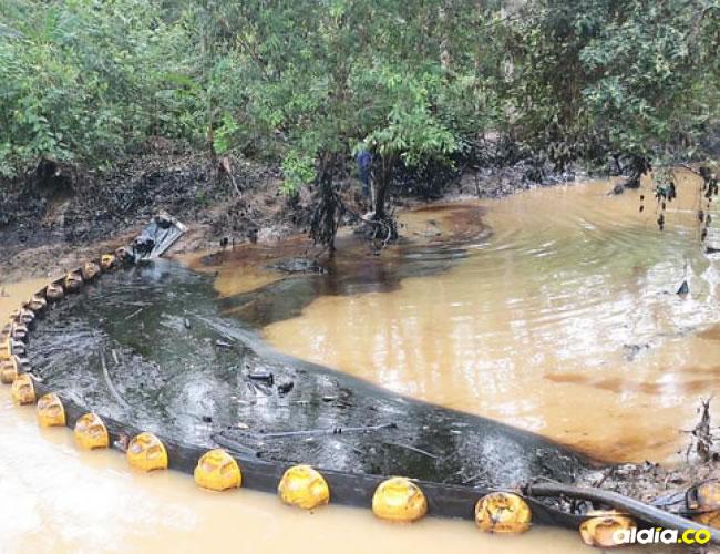 Emergencia ambiental por afloramiento de petróleo en Santander. | Colprensa