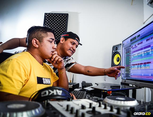 DJ Profeta (izq.) junto a su hermano Maikol, 'El Insoportable', en plena producción. | Al Día