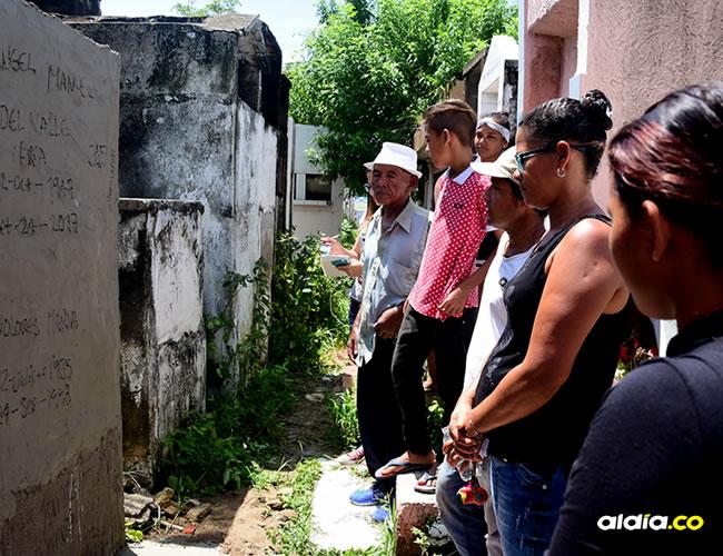 Familiares del occiso después de haberle dado cristiana sepultura en el cementerio de Soledad   Al Día