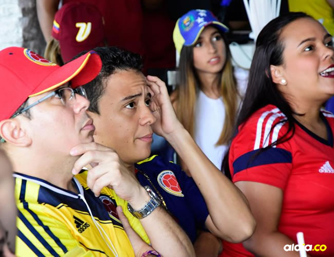 Espectadores ven por televisión un partido de Colombia. | Al Día