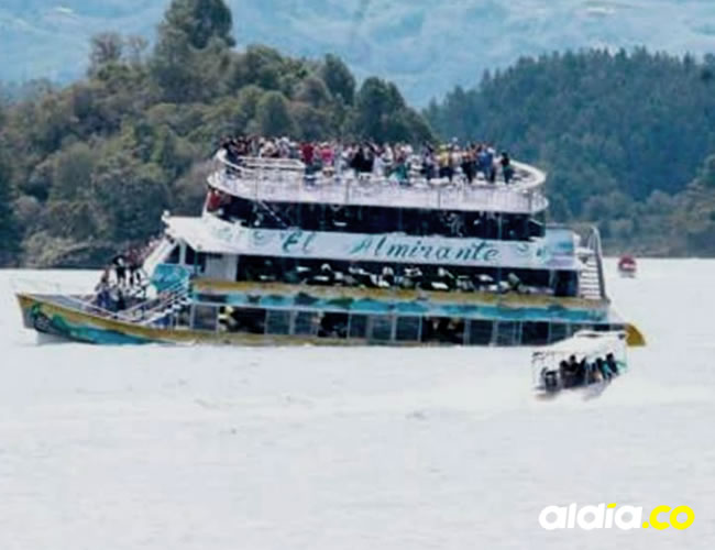 La nave 'El Almirante', de cuatro cubiertas, se hundió en la tarde en el embalse, a unos 68 kilómetros de Medellín   Captura de video