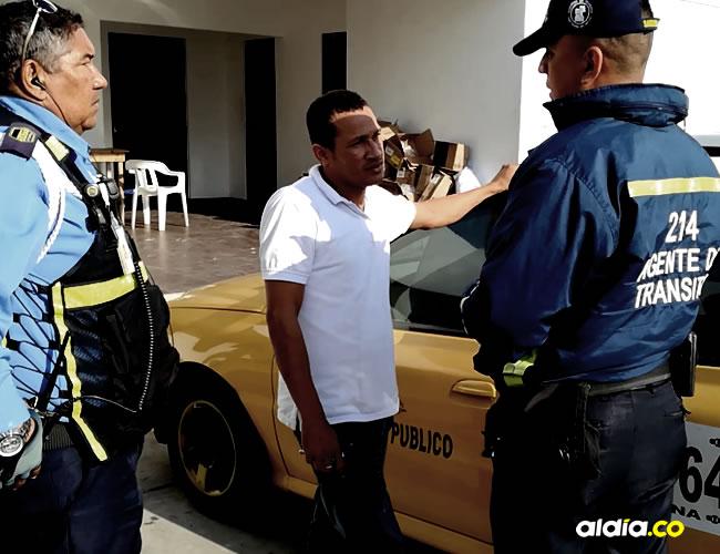 Momentos en que al taxista Álvaro De Ávila le informan sobre la sanción a la que se expuso luego de rehusarse a llevar una mujer embarazada.