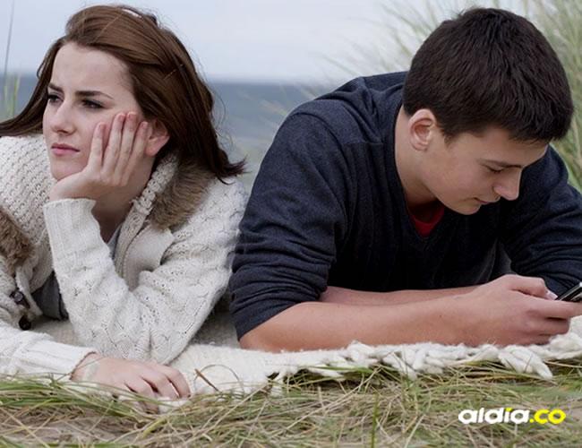 Las personas que pasan mucho tiempo en el celular pueden hacer sentir a su pareja menos satisfecha | OkChica