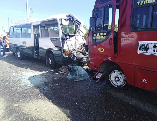 Aspecto del choque ocurrido ayer entre dos busetas, una camioneta y una motocicleta.