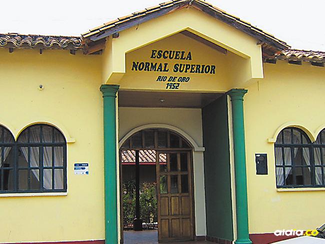 Esta es la escuela donde la menor estudia.   Al Día
