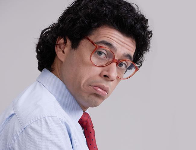 Así luce Santiago Alarcón en su papel de Garzón, el parecido es impresionante.