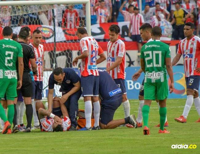 Momento en el que el defensor barranquillero Jefferson Gómez es atendido por el médico del Junior en el duelo ante Nacional.   Hánsel Vásquez
