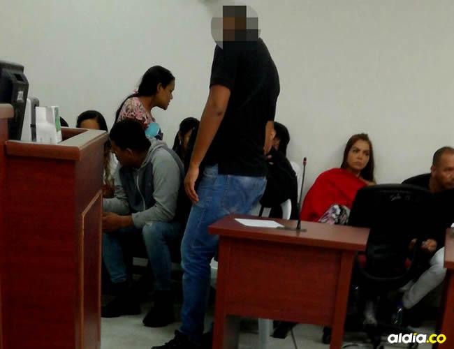 Un policía custodia a los capturados en la 'Operación Mercurio' durante una diligencia llevada a cabo esta semana en el Centro de Servicios Judiciales | Cortesía