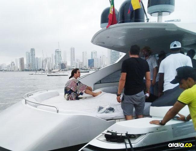 Captamos a la actriz mientras grababa escenas de la serie en la bahía de Manga. El rodaje se llevó a cabo a bordo de un lujoso yate.