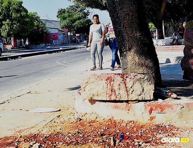 En este lugar de la Avenida Las Torres ocurrió el atentado, ayer todavía estaban las huellas de la sangre | AL DÍA