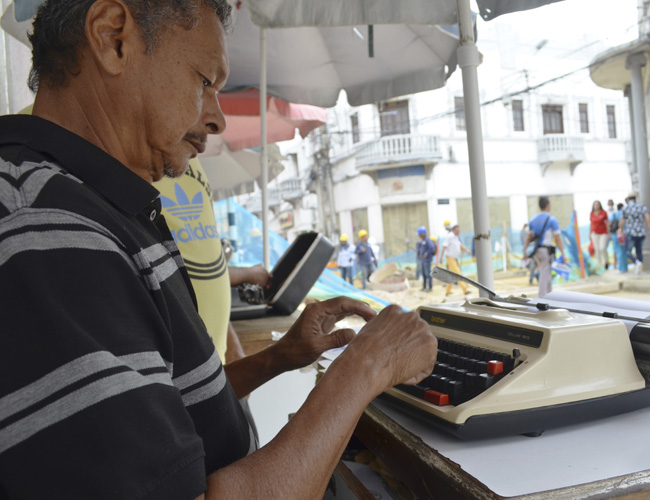 Adalberto Pérez es uno de los trabajadores más antiguos escribiendo a máquina en las afueras de la Dian.
