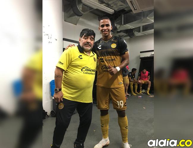 El caleño Juan Galindrez junto a Diego Maradona.