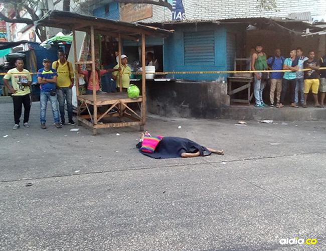 Vendedores del Centro cubrieron el cadáver de la mujer con una manta. | Al Día