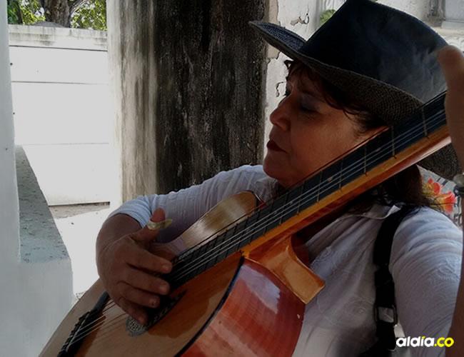 Martha García, la 'Estrellita santandereana', tiene 17 años cantando en el Cementerio Universal | Jesika Millano