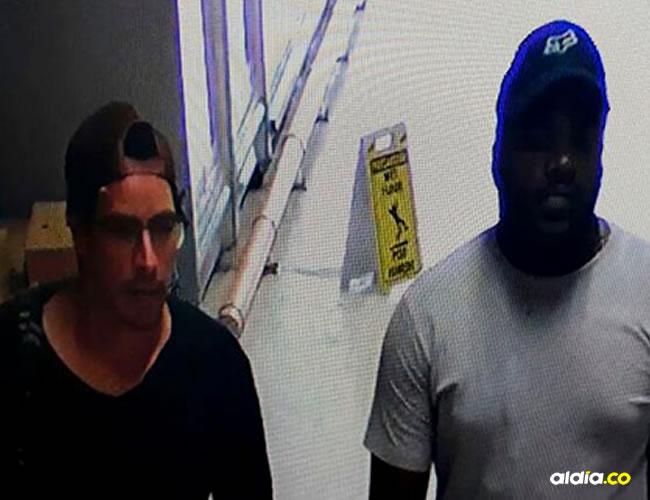 El segundo identificado, Jefferson Torres Mina camina junto a Cristian Bellón, capturado por el atentado. | Cortesía