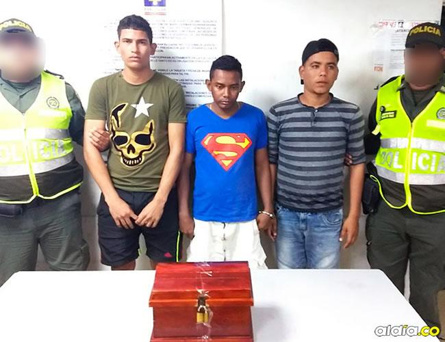 Elimelec Junior Acuña Nieto, Víctor Manuel Martínez Carpintero y Wilmer Junior Torres Palacios fueron mostrados por la Policía. En la foto, con el cofre de las ofrendas que sustrajeron de la parroquia. | Al Día