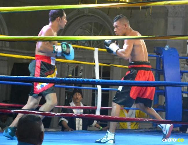 Uno de los pasajes de la pelea entre el venezolano Yeison Cohen (izq.) y Hugo Berrío (der.), disputada en la velada boxística organizada por Cuadrilátero. | Al Día