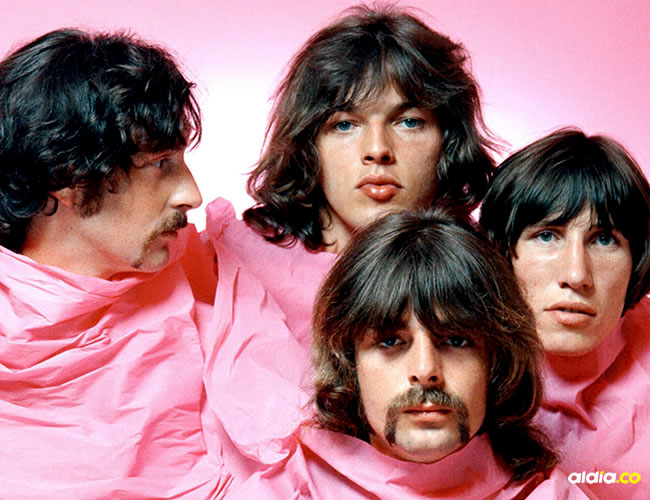 Nick Mason, Dave Gilmour, Richard Wright y Roger Water aparecieron envueltos en una cortina rosada en 1968 | Michael Ochs Archives/Getty Images