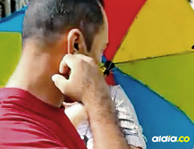 Momento en que una agente del CTI lee los derechos del capturado al policía José Vicente Gallardo Ortega.