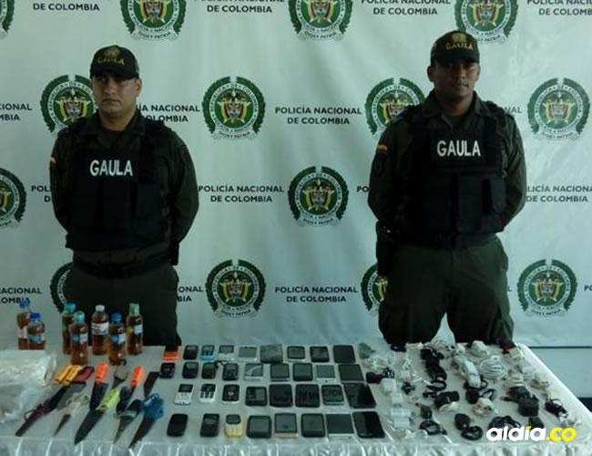 Uniformados custodian los elementos decomisados en la Cárcel Distrital El Bosque. | Prensa Policía