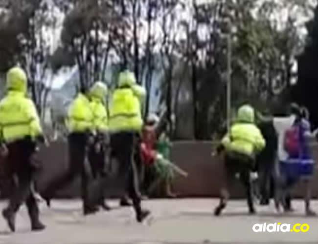 Testigos aseguraron que los uniformados corretearon y agredieron a los indígenas | Captura de video