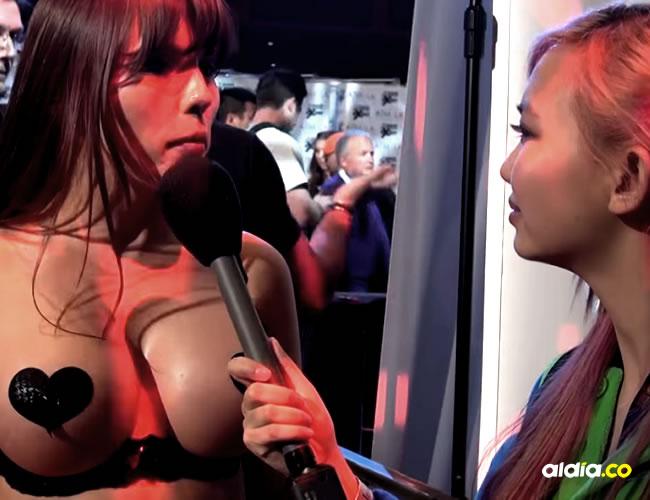 Amber Chase le responde las preguntas a su colega en una convención de pornografía | Captura de pantalla
