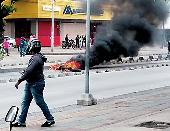 La comunidad de los barrios Cevillar y San José bloqueó con llantas encendidas la calle Murillo con carrera 18. | Foto: Al Día