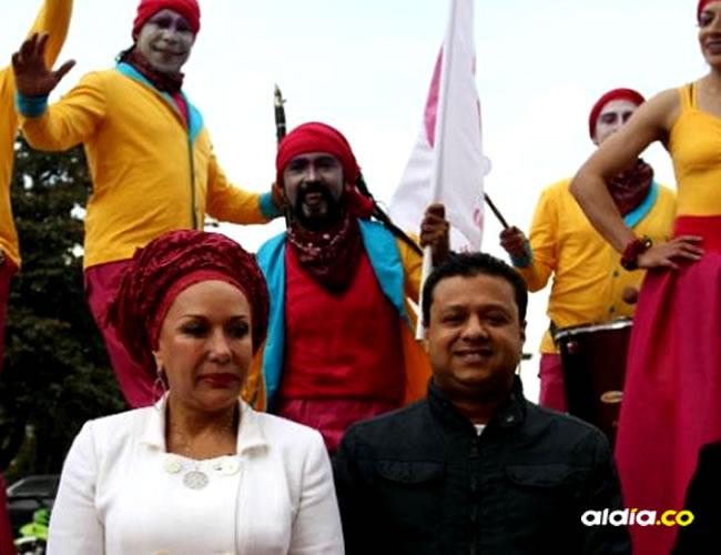 Piedad Córdoba (centro izq.) acompañada del cantante vallenato Rafael Santos (centro der.) | Colprensa