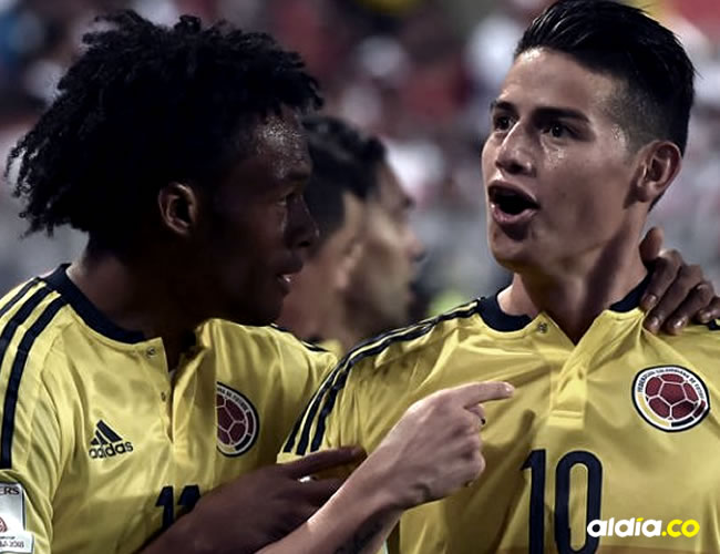 Juan Guillermo Cuadrado (11) felicita a James Rodríguez (10) por el tanto marcado a Perú.Cris Bouroncle / AFP
