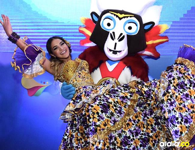 Valeria Abuchaibe posa feliz junto a Baqui, mascota de los juegos. | Al Día