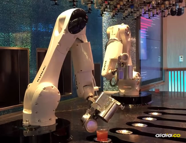 "Tipsy es un robot ""mezclador"" que atrae a los espectadores en un centro comercial de Las Vegas, donde le ordenan un ""dirty martini"" -sacudido o mezclado- a través de una computadora | Captura de pantalla"