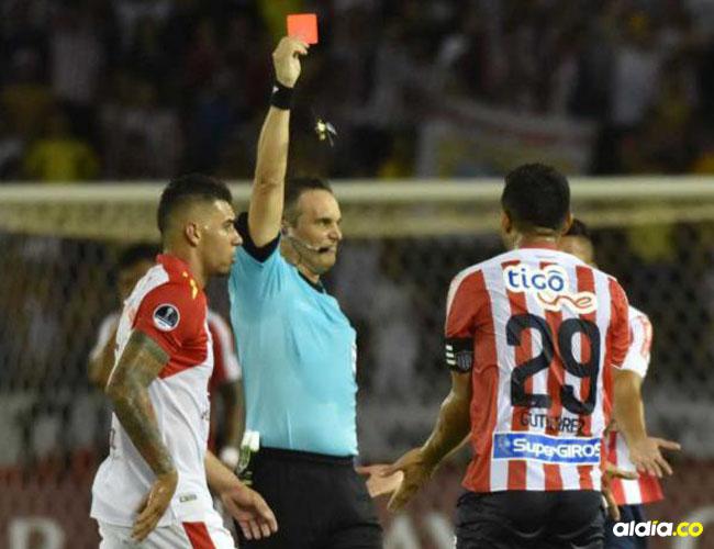 Momento en que el árbitro argentino Patricio Loustau le muestra la tarjeta roja a Teófilo Gutiérrez. | Archivo
