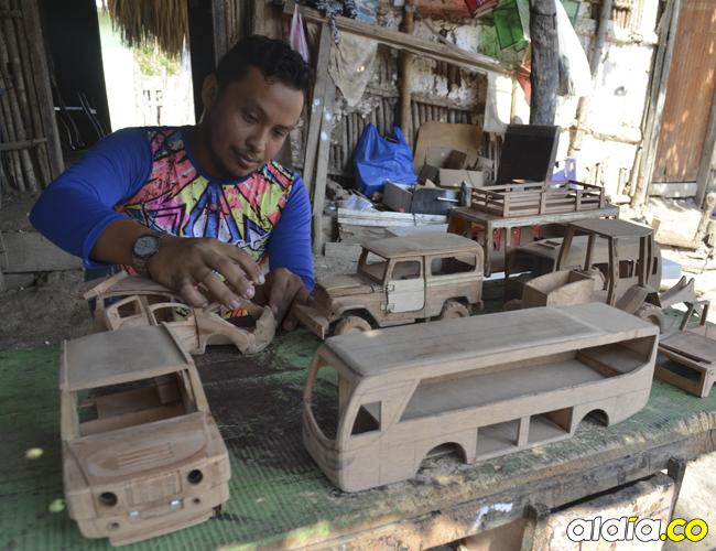 El joven de 29 años fabrica carros antiguos y modernos. Todo depende del pedido que le hagan.   Ernesto Benavides