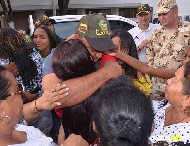 Haison se abrazó con sus hijas y con sus amigos que llegaron en un numeroso grupo