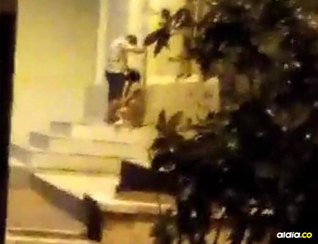 La mujer le practica sexo oral al hombre en la terraza de la iglesia Santa María Magdalena de Malambo.